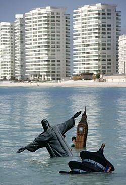 Уходящий под воду в результате глобального потепления мир – это пока еще только инсталляция. Фото Reuters